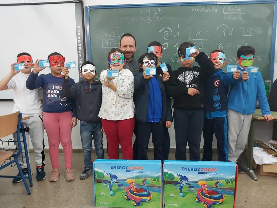 Los participantes en nuestro taller de energías renovables recibieron su carné de superhéroes